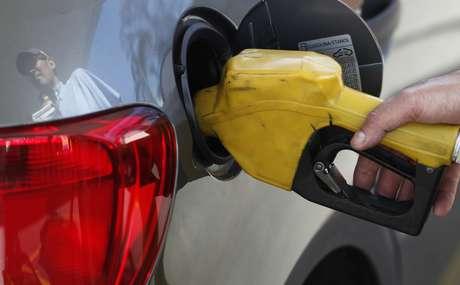Abastecimento a gasolina em posto de São Paulo 22/08/2013 REUTERS/Paulo Whitaker