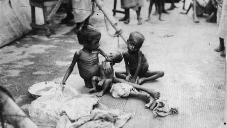 Crianças atingidas pela fome na Índia, em 1943