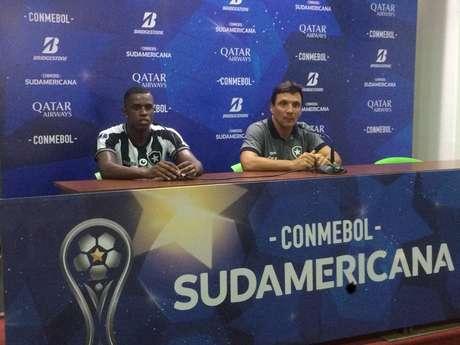 Zé Ricardo (direita) concede entrevista ao lado do zagueiro Marcelo Benevenuto.