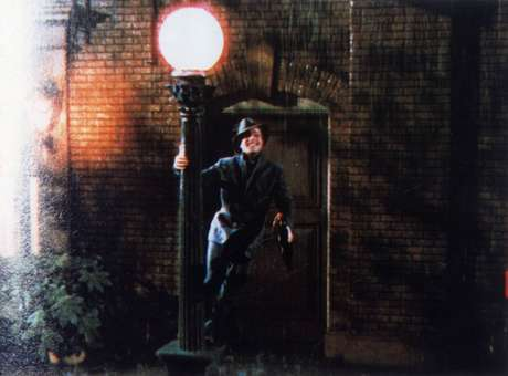 Gene Kelly durante a perfomance de 'Singing in The Rain', em 'Cantando na Chuva'.