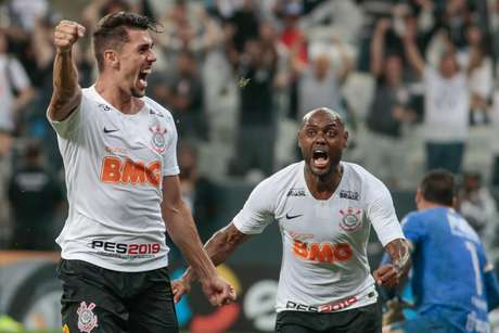 Danilo Avelar, do Corinthians, comemora seu gol durante partida contra o Avenida (RS), válida pela segunda fase da Copa do Brasil 2019, na Arena Corinthians, na zona leste de São Paulo, na noite desta quarta-feira (20).