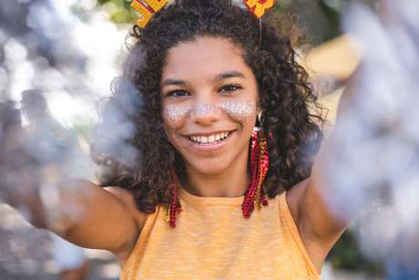 Para não prejudicar o meio ambiente, o glitter usado no carnaval precisa ser biodegradável