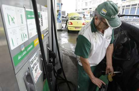 Carro é abastecido a etanol em posto no Rio de Janeiro 30/04/2008 REUTERS/Sergio Moraes