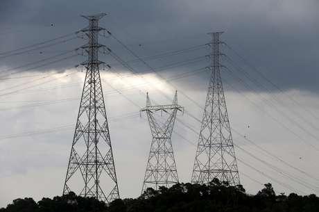 Linhas de transmissão de energia em Diadema, SP 10/02/2015 REUTERS/Paulo Whitaker