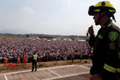 """Pessoas vão ao """"Venezuela Live Aid"""", na fronteira com a Colômbia"""