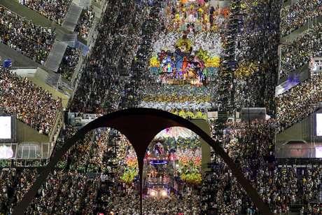 Vista geral dos desfiles no primeiro dia de apresentações do Grupo Especial do Carnaval do Rio de Janeiro, no sambódromo da Marques de Sapucaí, no centro da cidade. (2012)