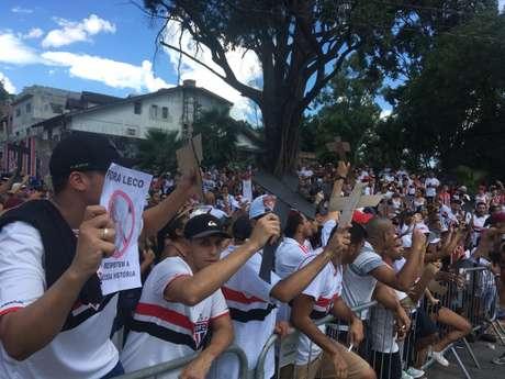 Torcedores protestam em frente ao portão principal do Morumbi - FOTO: Fellipe Lucena