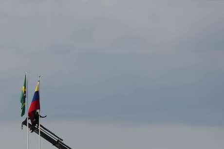 Bandeiras do Brasil e da Venezuela na fronteira entre os dois países 24/02/2019 REUTERS/Bruno Kelly