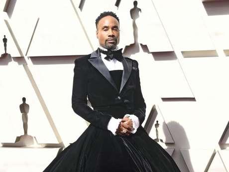 Billy Porter apostou em um vestido de gala com smoking na parte de cima by Christian Siriano para o Oscar 2019