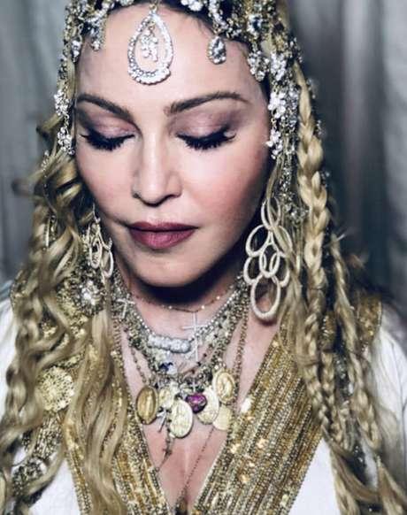 Madonna usou o colar com referências religiosas para compor um visual com muitos acessórios e outras joias