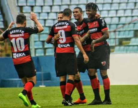 Matheus,à direita, celebra um de seus gols (Jefferson Vieira/Oeste)