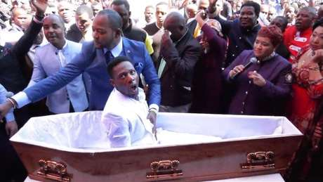 Vídeo do pastor Alph Lukau em que ele 'ressucita' um homem viralizou na África do Sul