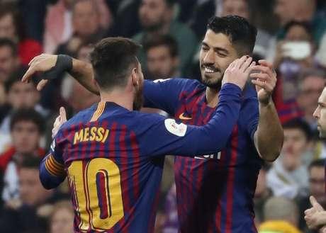 Messi e Suárez comemoram gol do Barcelona