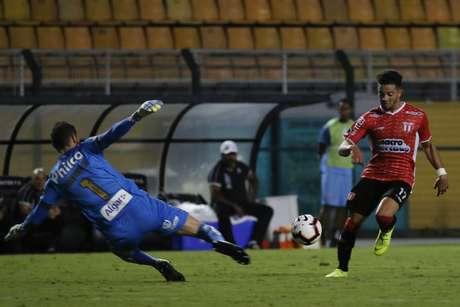 Mauro da Luz, do River Plate, do Uruguai, marca gol em partida contra o Santos, válida pela primeira fase da Copa Sul-Americana 2019, realizada no Estádio do Pacaembu, zona oeste da capital paulista, nesta terça-feira (26).