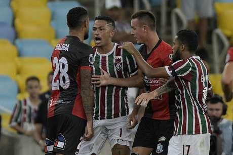 Luciano, do Fluminense, e Balboa, do Antofagasta, em partida válida pela primeira fase da Copa Sul-Americana, no estádio do Maracanã, na zona norte do Rio de Janeiro, nesta terça-feira, 26.