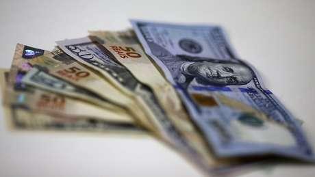 Cédulas de real e dólar; o humor da economia externa afeta de forma importante o ambiente doméstico