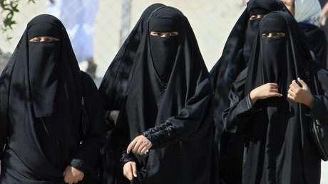 Na Arábia Saudita, uma mulher precisa de permissão para obter um passaporte, viajar para fora do país e casar, por exemplo