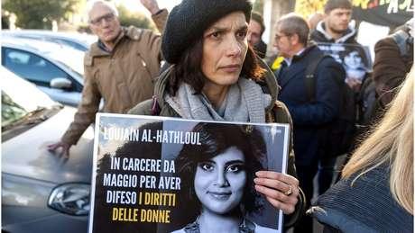 Protesto em Roma pede a soltura da ativista saudita Loujain al-Hathloul, que foi presa em dezembro