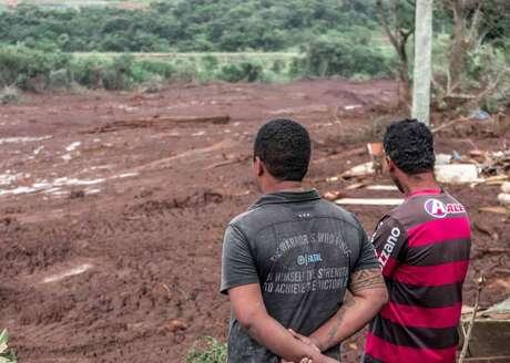 Moradores olham incrédulos a devastação de suas comunidades