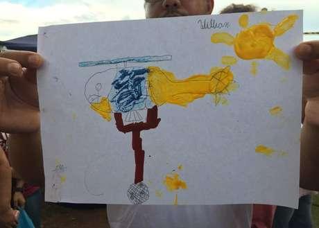 William, de sete anos, desenhou helicóptero dos bombeiros durante resgate