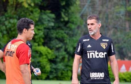 Hernanes, que ainda é dúvida para domingo, conversa com Vagner Mancini - Érico Leonan/saopaulofc.net