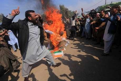 Premier do Paquistão anuncia que libertará piloto indiano