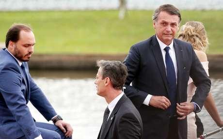 Presidente Jair Bolsonaro (PSL), acompanhado de sua esposa, Michelle Bolsonaro, e de seu filho, Carlos Bolsonaro