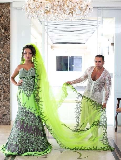 """O estilista Edson Eddel com uma de suas noivas: """"A mulher deve casar vestindo a cor que quiser"""""""