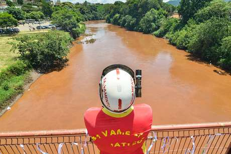 Moradores prestam homenagem às equipes de resgate e às vítimas da barragem da Vale que se rompeu em Brumadinho (MG) há um mês, nesta segunda-feira, 25 de fevereiro de 2019. Bombeiros ainda buscam corpos. A tragédia caminha para deixar um saldo de mais de 300 mortos.