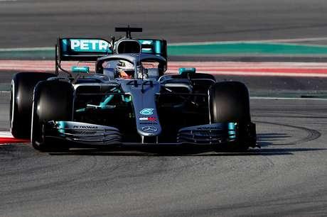 Hamilton acredita que Ferrari é cerca de meio segundo mais rápida