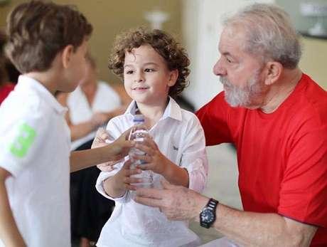 O ex-presidente Lula e o neto Arthur
