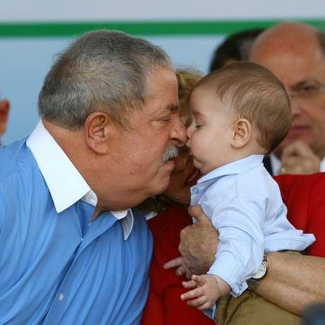 O ex-presidente Lula brinca com seu neto Arthur, durante a cerimônia de inauguração da UPA (Unidade de Pronto Atendimento) Alves Dias / Assunção em São Bernardo do Campo, em 2012