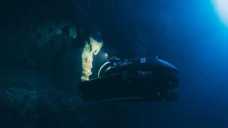 Submarinos observaram estalactites nas profundezas do Buraco Azul