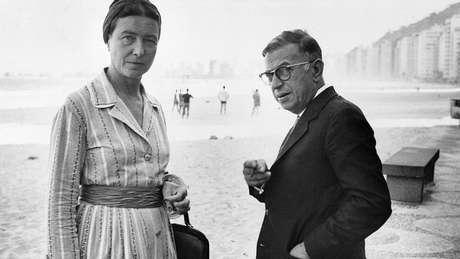 Beauvoir e Sartre na praia de Copacabana, no Rio; segundo escritora, eles eram tratados como 'estrelas de cinema'