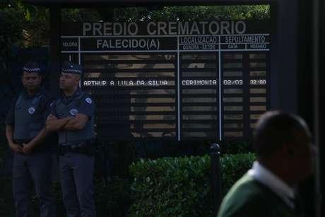 Placa eletrônica anuncia cremação de Arthur, neto de Lula