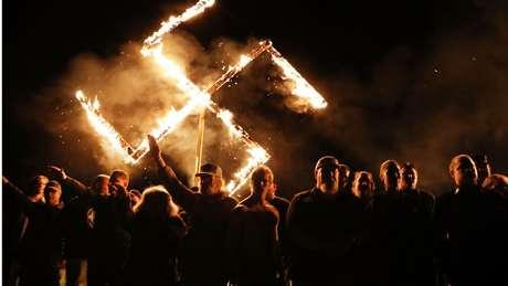 O Movimento Nacional Socialista realiza manifestações frequentes em que presta homenagem à ideologia nazista