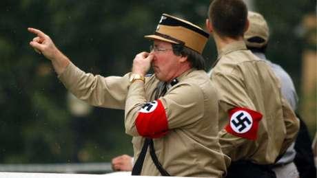 Membros do grupo também usam uniformes semelhantes aos de soldados da Alemanha nazista