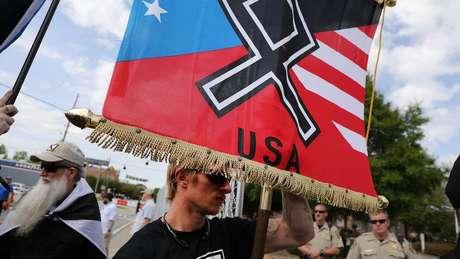 Stern diz que influenciou para que o grupo trocasse a suástica de sua bandeira pela runa Odal
