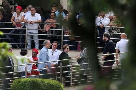 A ex-presidente Dilma compareceu ao velório e deixou o local sem falar com a imprensa