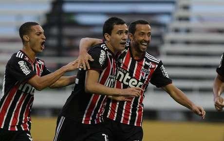 Pablo (centro) abriu o placar para o São Paulo.