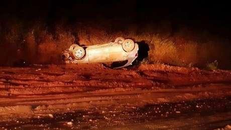 A queda de barreira cobriu um trecho da rodovia Lívio Tagliassachi, em São Roque. O motorista de um carro perdeu o controle na lama e capotou.