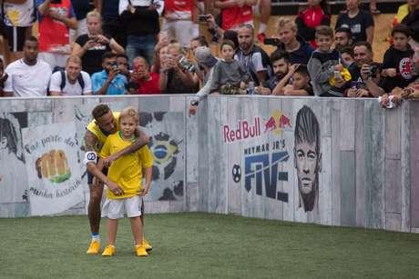Neymar Jr abraça seu filho, David