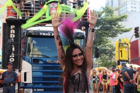 A atriz Alessandra Negrini no Baixo Augusta, principal bloco de São Paulo