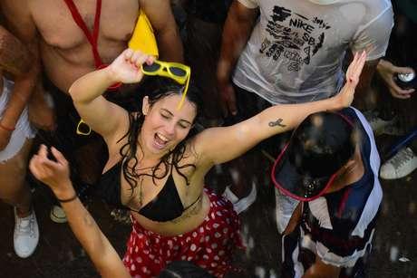 Foliã se divertindo em Carnaval com chuva na cidade de São Paulo