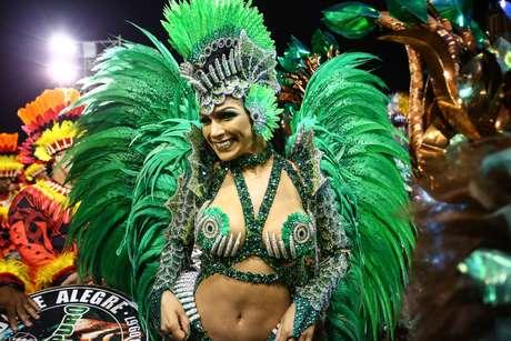 Aline Oliveira é Rainha de Bateria da Mocidade Alegre, terceira escola a desfilar na segunda noite de desfiles do Carnaval de São Paulo.