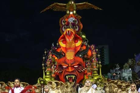 Carro alegórico da Gaviões da Fiel, que encerrou os desfiles em São Paulo