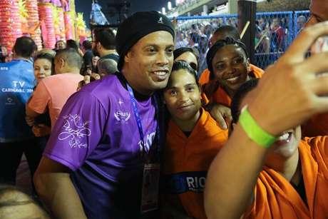 Simpático, Ronaldinho Gaúcho tirou fotos com fãs.