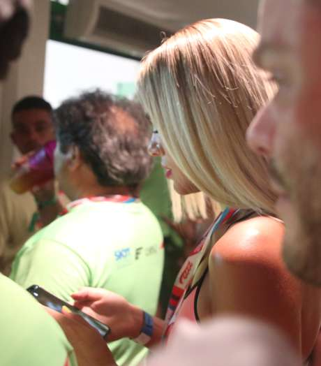 Bruna Marquezine apareceu com loiros platinados em um camarote, em Salvador