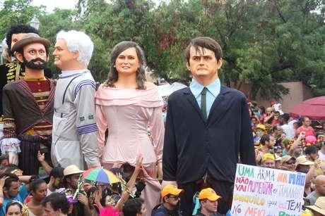 Bonecos de Jair e Michele Bolsonaro durante desfile de Bonecos Gigantes no Sítio Histórico de Olinda (PE), nesta segunda-feira (4). A concentração acontece no Alto da Sé, seguido de desfile pelas ladeiras de toda cidade alta.