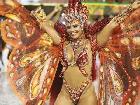 Viviane Araújo brilha no Salgueiro como borboleta com asas e cabelo de mais de 1 metro